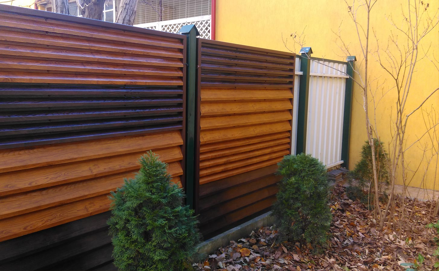 Gard metalic imitatie lemn mix din mai multe nuante