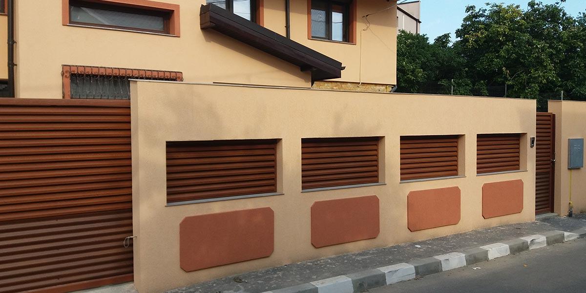 Gard de beton cu umplutura de tabla cutata