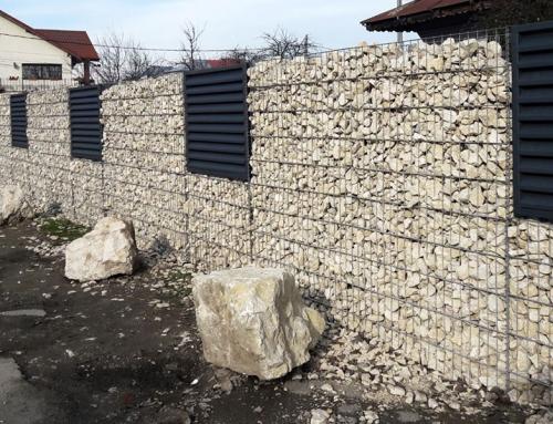 Gard cu panouri metalice pe gabioane din piatra
