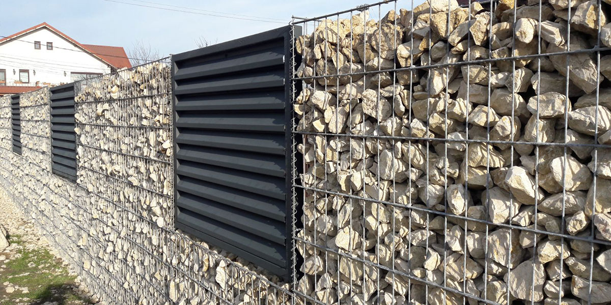 Gard metalic cu panouri din profile metalice tip jaluzea pe gabioane
