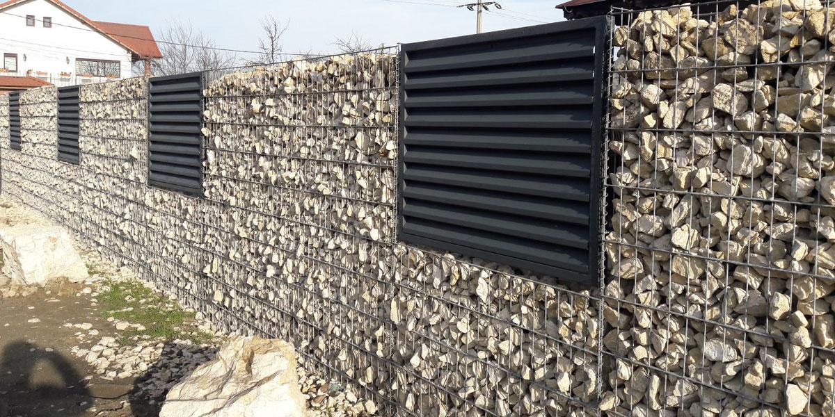 Gard metalic cu panouri tip jaluzea pe gabioane