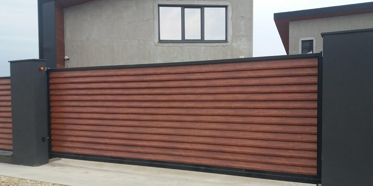 Imitație lemn: poarta metalica auto in consola